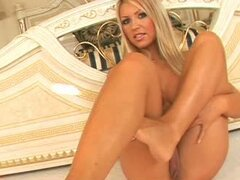 Naked Blondie Shows Off Her Feet