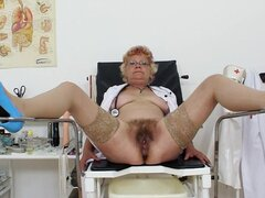 Bery is masturbating her puss in the medicine chair