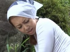 MILF Yumi Kazama Fucks A Guy In The Field In Public