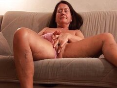 Mature slut fucks her cunt with an huge dildo