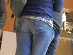 Street candid video features a tight hot ass i blue jeans.