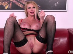 Black and blonde haired hottie Taylor Wane gives a hot solo show