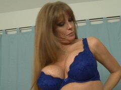 Delightull mature MILF babe Darla Crane receives pussy licking